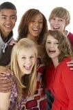 Verticale de studio de cinq amis d'adolescent Image libre de droits