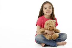 Verticale de studio de fille de sourire avec l'ours de nounours Image libre de droits