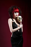 Verticale de studio de jeune femme pâle dans la robe noire Image libre de droits