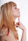 Verticale de studio de jeune femme songeur dans le profil Image stock