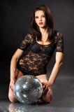 Verticale de studio de jeune fille avec la bille de disco Image libre de droits