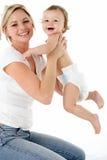 Verticale de studio de mère avec le jeune bébé Photo libre de droits