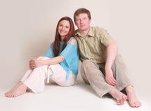 Verticale de studio des couples de sourire image libre de droits