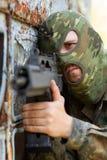 Verticale de terroriste avec un canon images stock