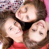 Verticale de trois filles heureuses Photo stock