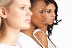 Verticale de trois jeunes femmes attirants dans le studio Photographie stock