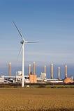 Verticale de turbine et d'usine de vent Images stock