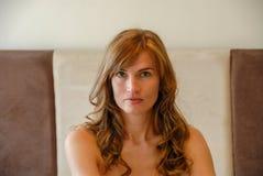 Verticale de visage de jeune femme photographie stock libre de droits