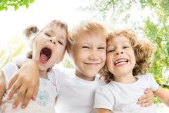 Verticale de vue d'angle faible des enfants drôles photo libre de droits