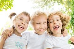 Verticale de vue d'angle faible des enfants heureux Images libres de droits