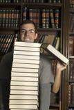 verticale della pila della libreria della stretta delle coppie dei libri Fotografia Stock