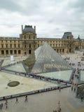 Verticale della piramide del museo del Louvre Immagini Stock Libere da Diritti
