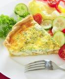 Verticale della quiche del formaggio con insalata Fotografia Stock