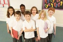 Verticale des écoliers restant dans la salle de classe Photos libres de droits