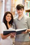 Verticale des étudiants beaux avec un livre Photo libre de droits