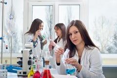 Verticale des étudiants en médecine photographie stock