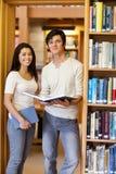 Verticale des étudiants retenant des livres Images libres de droits