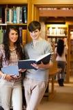 Verticale des étudiants retenant les livres bleus Photographie stock libre de droits