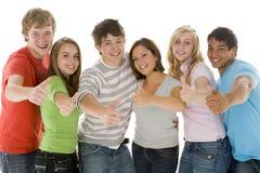 Verticale des adolescentes et des garçons photographie stock