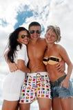 Verticale des amis heureux appréciant des vacances Photo libre de droits