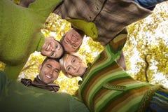 Verticale des amis heureux avec des têtes ensemble Photo libre de droits