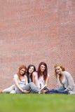 Verticale des amis posant avec un livre Photos libres de droits