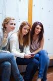 Verticale des amis posant avec un portable Photo stock
