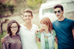 Verticale des années de l'adolescence heureuses en stationnement à l'été Photographie stock
