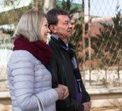 Verticale des couples aînés à l'extérieur Photo libre de droits