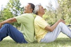 Verticale des couples aînés en stationnement Photos libres de droits