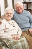 Verticale des couples aînés heureux à la maison Photographie stock libre de droits
