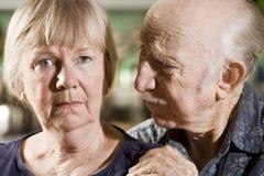 Verticale des couples aînés inquiétés Photos libres de droits