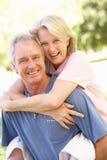 Verticale des couples aînés romantiques en stationnement Photographie stock libre de droits