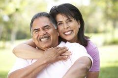 Verticale des couples aînés en stationnement Photographie stock libre de droits