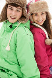 Verticale des couples d'adolescent dans la neige Photographie stock libre de droits