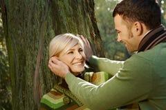 Verticale des couples heureux en stationnement Photographie stock