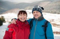 Verticale des couples retirés aînés en hiver Photos libres de droits