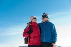 Verticale des couples retirés aînés en hiver Image libre de droits