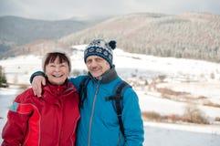 Verticale des couples retirés aînés en hiver Photo libre de droits