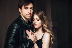 Verticale des couples sexy Beaux couples touchant à l'un l'autre extérieur Image libre de droits