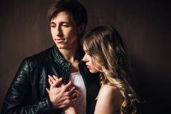 Verticale des couples sexy Beaux couples touchant à l'un l'autre extérieur Photo stock
