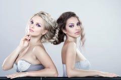 Verticale des deux des femmes sensuelles jeunes. image stock
