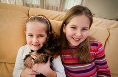 Verticale des enfants avec l'animal familier à la maison Photographie stock