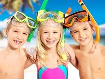 Verticale des enfants heureux appréciant à la plage Photographie stock