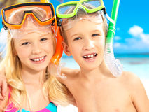 Verticale des enfants heureux appréciant à la plage Photos libres de droits