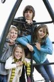 Verticale des enfants sur le matériel de cour de jeu Photographie stock libre de droits