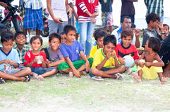 Verticale des enfants tribals de Sasak dans Kuta Photographie stock