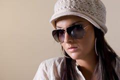 Verticale des femmes à la mode utilisant des lunettes de soleil Photos stock