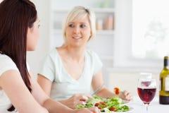 Verticale des femmes heureuses mangeant de la salade Photo libre de droits