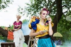 Verticale des femmes romantiques dans la forêt de féerie Image libre de droits